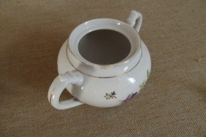 Чайник, сахарница, тарелка, розетка и мельница для перца (советских времен)